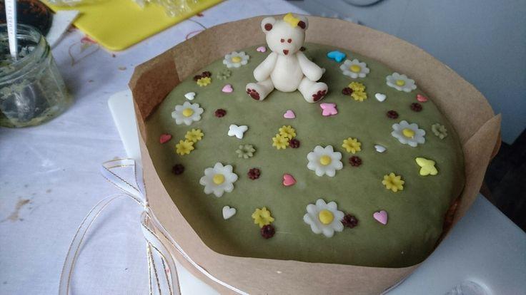Люблю сложные задачи. Приготовить торт для ребенка 2-х лет. Чтобы безапасно, поменьше сахара, легкий, и главное - вкусно.  Решение есть: запеченый чизкейк, на бисквите, желе из киви и вместо сахарной мастики (ее все равно мало кто любит)  тесто для дайфуку моти (рисовое тесто для японских сладостей). И никаких искусственных красителей!