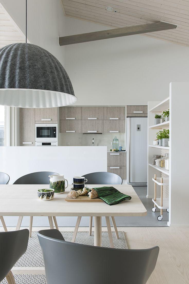 Herrala Särkänherra ruokailuryhmä ja keittiö – Rauhoittava puusisustus sopii hyvin vapaa-ajan taloihin
