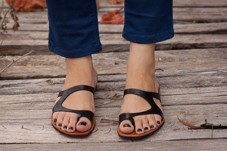 Sandali in pelle nera, nero sandali, scarpe estive, asimmetrica Sandali, infradito, spedizione gratuita di BangiShop su Etsy https://www.etsy.com/it/listing/193100600/sandali-in-pelle-nera-nero-sandali