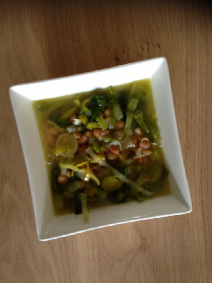 Witte bonen-prei soep: 2 preien, 4 tenen knoflook, 2 el olie, 2 (tussenmaat)potten witte bonen, 8dl kippenbouillon: fruit ui in olie. kruiden met p Bonen afspoelen en uitlekken. Prei in ringen snijden en er bij doen. Bonen er bij doen. Bouillon erbij en ca 10 min zachtjes koken.