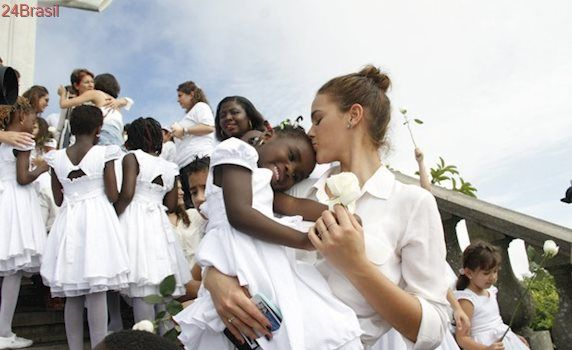 Em evento com crianças refugiadas Bruna Marquezine revela desejo de adotar