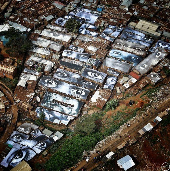 Oeuvres de l'artiste JR. Ici, les bâches du bidonville de Kibera au Kenya, recouvertes par des regards de femmes.