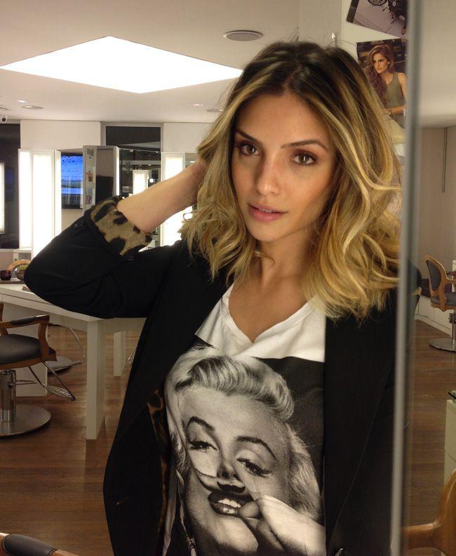 O nosso cabeleireiro Alex Moraes renovou a tonalidade das luzes da querida Caroline Celico. A Carol vem apostando no comprimento médio e o novo visual tem