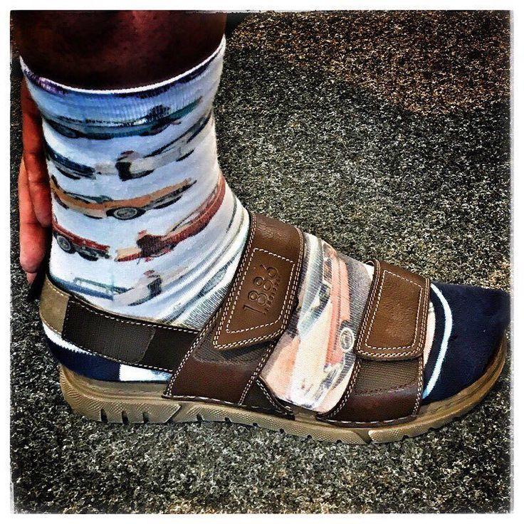 #schoeneneueschuhefinden Männer stark sein! In der nächsten Sommersaison tragt Ihr farbige Socken in Pantoletten oder Sandalen oder? #hoelschuh #emsdetten #sockeninsandalen