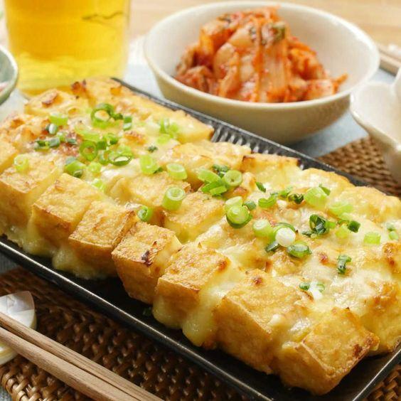 ネギ味噌が香ばしい「ブルーミング厚揚げ[動画]| 厚揚げの切り込みにチーズを挟んで、トースターでこんがり焼いたら、簡単で華やかな一品のできあがり♪コスパも100点満点ですよ!