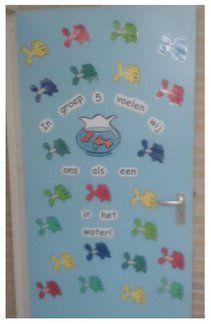 Door je deur mooi te versieren, zorg je dat jouw klaslokaal er ook van buiten gezellig uit ziet. Door er de naam van je groep op te zetten, weet je zeker dat iedereen je kan vinden. En door de namen van je leerlingen hierin te verwerken, weet je ook zeker dat iedereen zich welkom voelt.