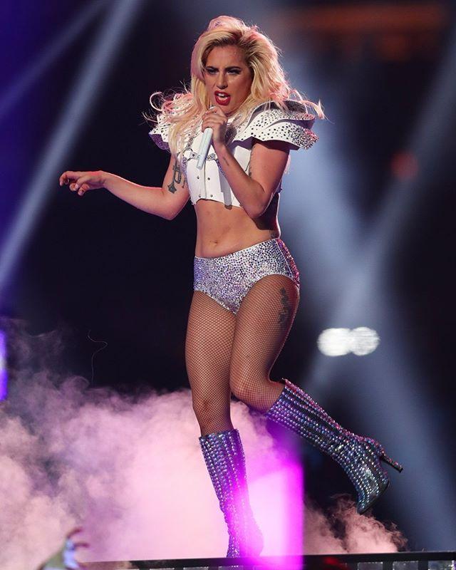 Fãs de Lady Gaga já têm muito mais do que sua performance incrível ontem no #Superbowl para comemorar: a cantora foi confirmada no Rock in Rio 2017! Gaga é a primeira headliner anunciada e subirá no palco do evento em seu primeiro dia 15 de setembro. Mais infos sobre ingressos e atrações você encontra lá no nosso site -- é só clicar no link da bio!  via GLAMOUR BRASIL MAGAZINE OFFICIAL INSTAGRAM - Celebrity  Fashion  Haute Couture  Advertising  Culture  Beauty  Editorial Photography…