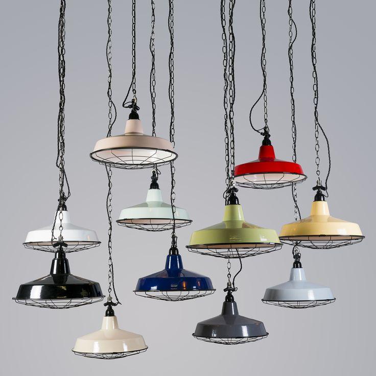 Hanglamp Loek is een van de hipste industriële toppers in onze collectie, helemaal nieuw binnen en uitgevoerd in een lekker fris kleurtje. Deze sfeermaker zit boordevol leuke details, van de gevlochten kabel tot en met de strak geëmailleerde kap!