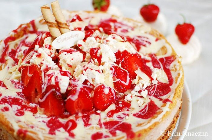 Pieczony sernik truskawkowy z białą czekoladą i bezami / Baked strawberry cheesecake with white chocolate and meringues