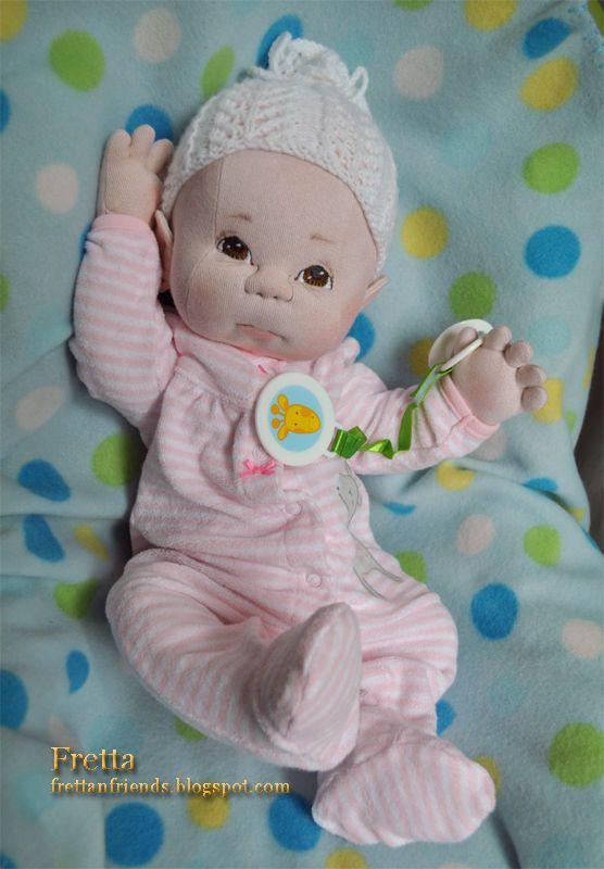 Bebé recién nacido niña de Fretta. Bebé de ponderada empatía.