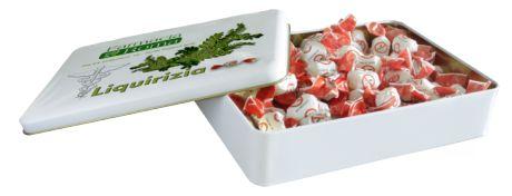 """Caramella dura con morbido ripieno alla liquirizia e simpatico incarto """"No Smoking"""" confezionate in eleganti scatole personalizzabili."""