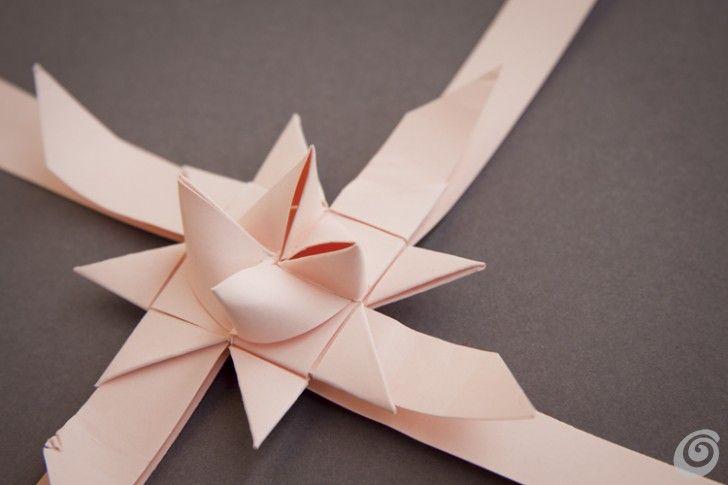 Idee fai da te :: Una spilla fai da te con il nastro di tessuto o di carta