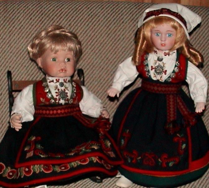 To mindre dukker i Anne Bamle-bunader :)
