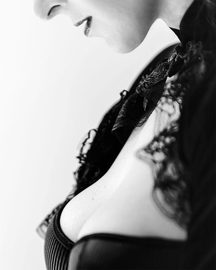 Artystyczna fotografia boudoir. Sesje kobiece, brzuszkowe, sesje podczas wieczorów panieńskich, sesje wielopokoleniowe, sesje stylizowane retro, pin up oraz wiele innych :) Kontakt ze mną na klaudia@lela.pl lub poprzez https://www.facebook.com/lelafotografiaboudoir