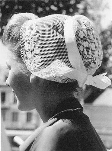 La coiffe Penn Sardin de la région de Douarnenez - Dans le costume de travail des artisanes, la coiffe, « Pen-Sardin » ( tête de sardine) est commune à de nombreux ports finistériens, mais garde des caractéristiques propres à Concarneau. confectionnée en tulle ou plus fréquemment en fil brodé, elle était portée par les ouvrières des sardineries.