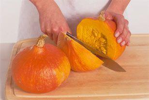 Die Schale der meisten Kürbissorten ist nicht essbar. Bevor Sie das Gemüse zu Suppe, Kuchen oder Auflauf verarbeiten, sollten Sie deshalb den Kürbis schälen. So geht's ganz einfach!