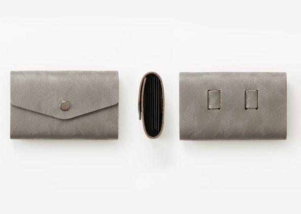 縫製を使わず、PP 製のポケットを本革でくるんだ、シンプルなカード・ケース。