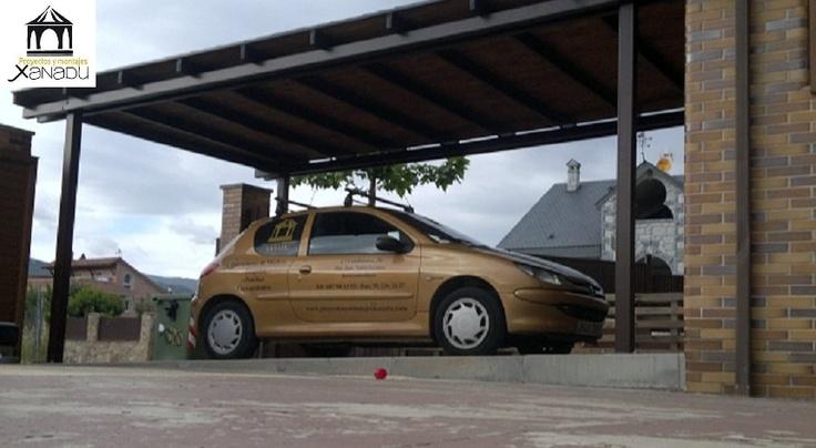 Cochera para un coche en hierro lacado y cubierta en for Cubiertas para garajes