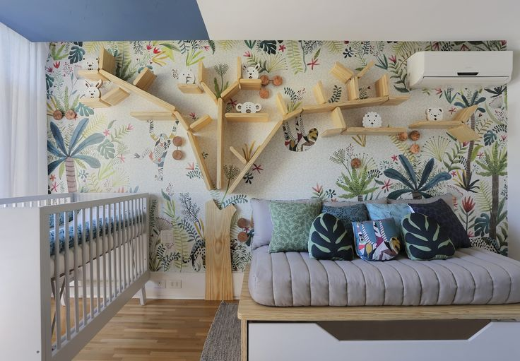 Um quarto com um pouco de céu, mata e água. Leila Bittencourt, da OBA!, recebeu o pedido e reuniu tudo no maior bom gosto, com o papel de parede Floresta