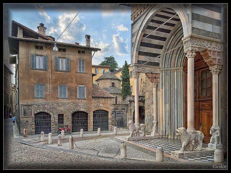 Bergamo, città alta - Piazza Santa Maria Maggiore | Ingresso - Portale meridionale detto dei Leoni bianchi della Basilica di Santa Maria Maggiore