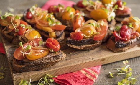 Bruschettas de fraldinha marinada com chutney de tomate - Dedo de Moça