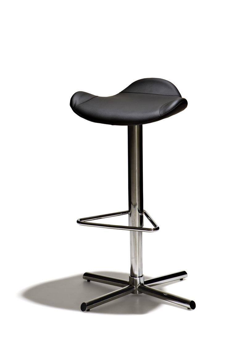 Peek - Höj- och sänkbar barstol med mjuk stoppad sits i konstläder och underrede i kromat stål.
