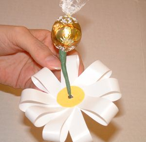 "Candy Flower Bouquets How to instructions - Candy Bouquet ""Joyful Daisies"" from EdibleCraftsOnline.com"