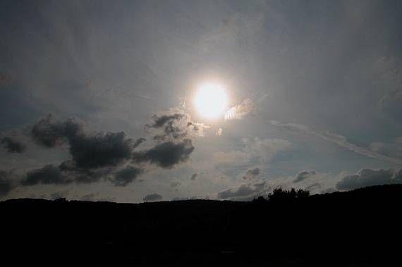 Chapa quente O calor de hoje saiu do centro do Sol há 1 milhão de anos1. O calor e a luz solar são produzidos por milhares de reações nucleares que rolam a cada segundo no centro do Sol. Nessas …