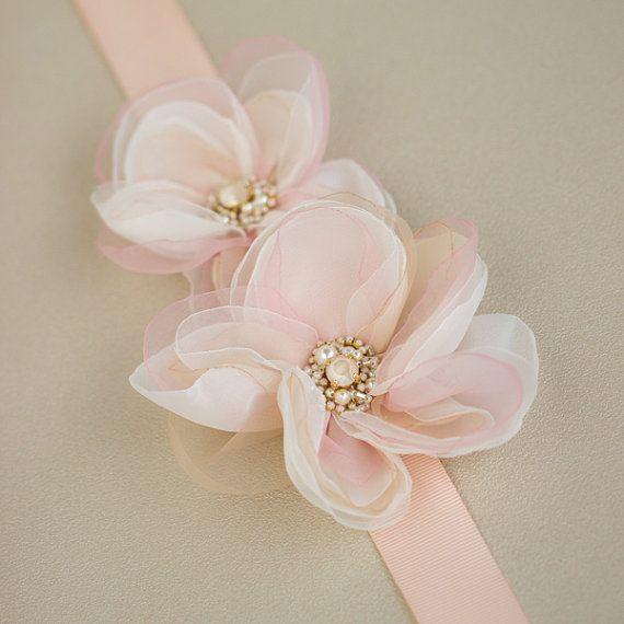 Este cinturón nupcial blush rosa es hecho a mano por mí en la cinta del grosgrain rosa blush. Marco de Blush rosado hecho con flores, encajes, cuentas con diamantes de imitación. Cada pétalos son handcut y chamuscada de uno por uno a mano. Marco lazo de la correa de con cinta.  Tamaño de la flor: 4 y 2,8   Cinta: 1 pulgada de ancho, aproximadamente 2 metros de largo.  Las flores de cada uno es hecho a mano así que todo es diferente y único!  *** Por favor, asegúrese de que usted tiene…