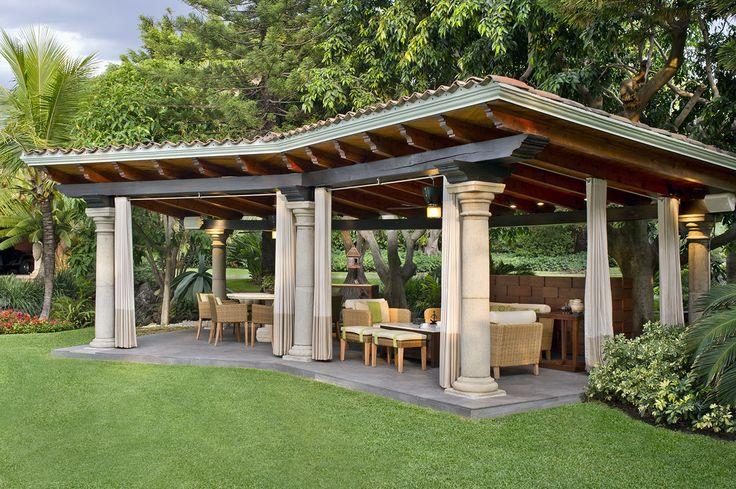 Considerando que una terraza es una transición entre el jardín y el interior, también deben colocarse plantas con mucho follaje para que se genere esa sensación de estar en el exterior; si es posible, incluso un árbol en maceta.