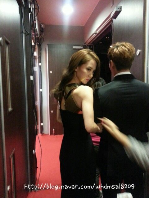 This has got to be one of my favorite pics of them <3 Song Ji Hyo & Kim Jong Kook, MAMA awards (Credit as tagged)
