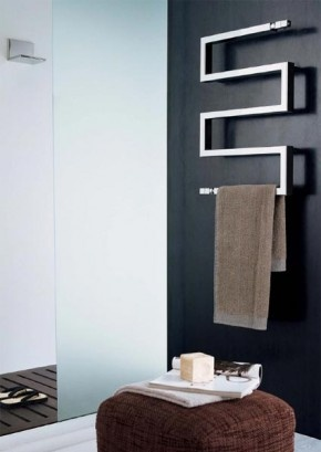 Originele badkamer radiator en handdoeken rek