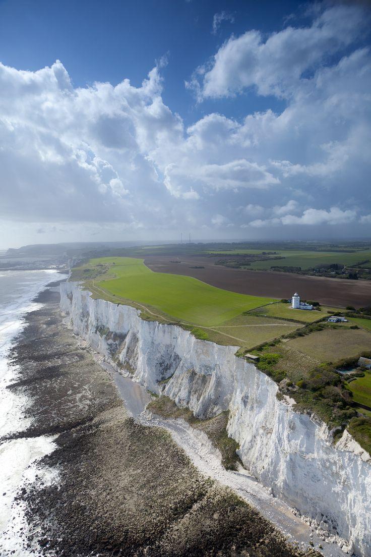 White Cliffs de Dover - Reino Unido  Vista aérea da terra recém-adquirida nos penhascos brancos de Dover, Kent litoral.