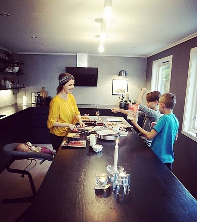 Nomi brings the baby to the family table from day 1 @vivianklovn #evomove…