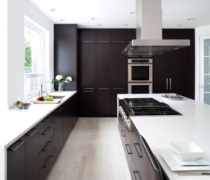 Cucina moderna con mobili scuri dal pavimento al soffitto