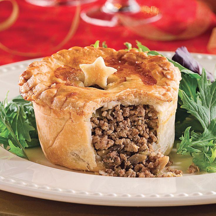 Quelle idée ingénieuse pour servir le traditionnel pâté à la viande ou la tourtière! Ajoutez une note plus festive en décorant le dessus de vos pâtés de petites étoiles. Pour ce faire, servez-vous d'un emporte-pièce. Imprimez une forme d'étoile bien nette dans la deuxième abaisse avant de la déposer sur le pâté. Or, ne retirez pas l'étoile avant la cuisson. Lorsque les pâtés sont cuits, découpez délicatement les étoiles et placez-les à la verticale. Sachez que ces...