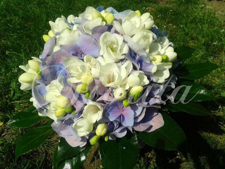 Svatební kytice světle fialová z hortenzií a frézií