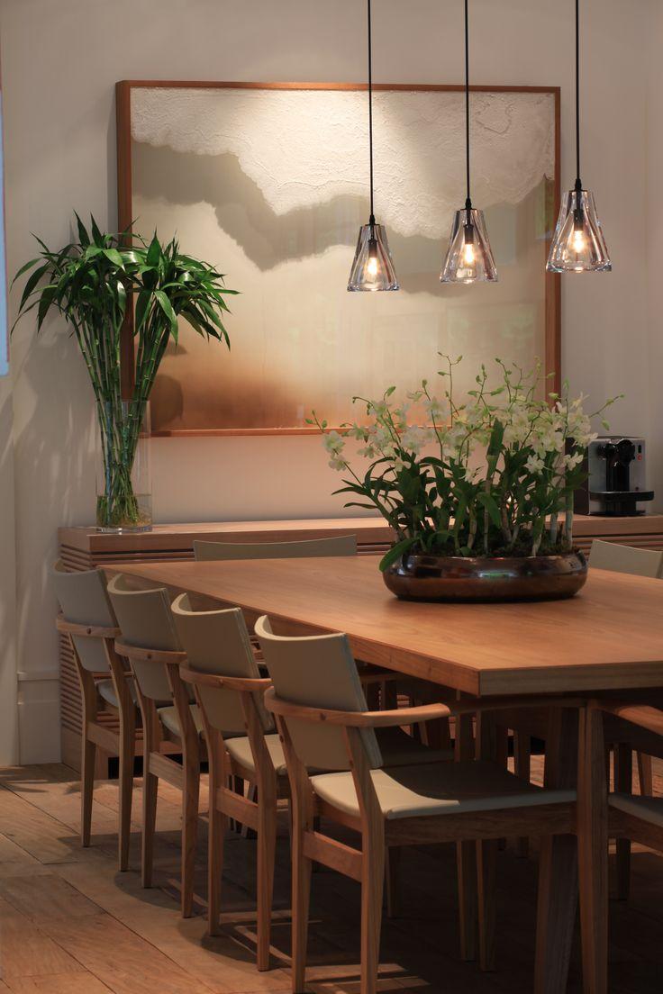 Luz sobre el cuadro y lamparas de vidrio transparente colgantes para crear un espacio acogedor