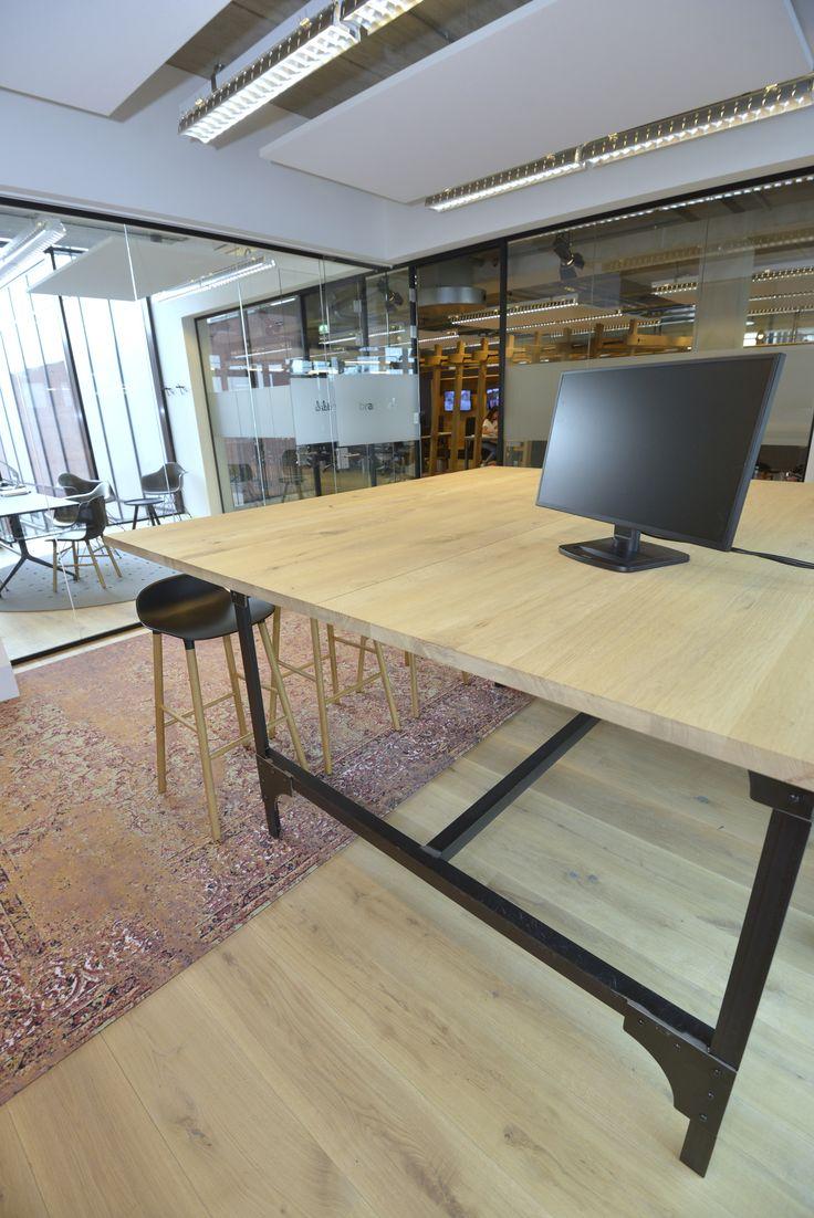 Hoge houten tafels voor op kantoor. #interieur #interior
