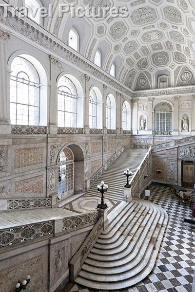 Escalera de mármol del Palacio Real de Nápoles. (construido en 1602)                                                                                                                                                      Más