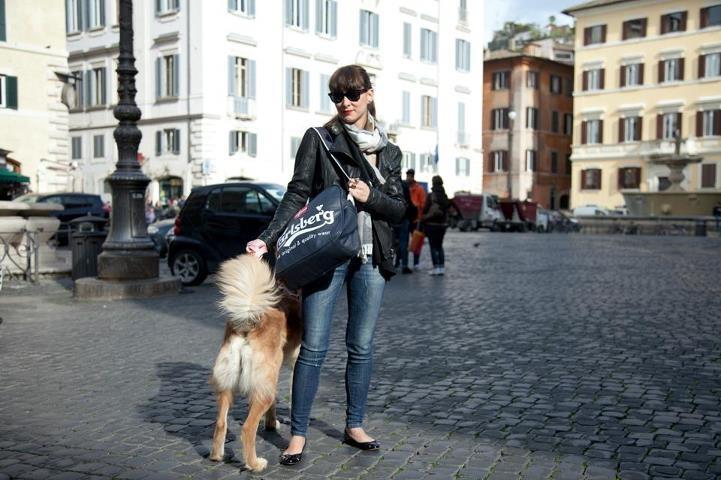 Con la tracolla Carlsberg potete fare tutto con stile, dall'andare all' università a portare a passeggio il cane per le vie del centro.
