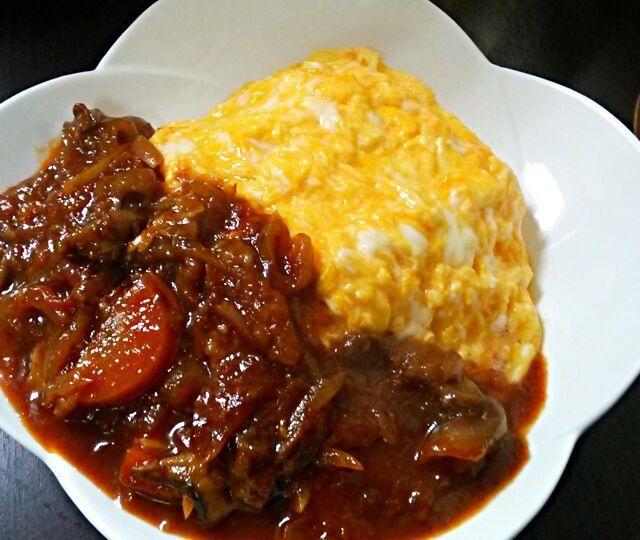 昨夜の牛すじビーフシチューがいい感じに煮込まれて味がしみてきました。  三男のリクエストは、オムライスにビーフシチュー♪  これなら、三食これでいい!そうです。これが、いいんでしょ~\(^o^)/ - 178件のもぐもぐ - 牛すじビーフシチューからのオムハヤシ♪ by yukikimu0721
