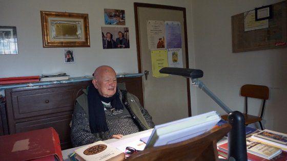 Riccardo Bertani, 86 anni, dopo le elementari ha studiato da autodidatta idiomi dimenticati: dal mongolo alle lingue siberiane, pubblicando oltre 1000 volumi.