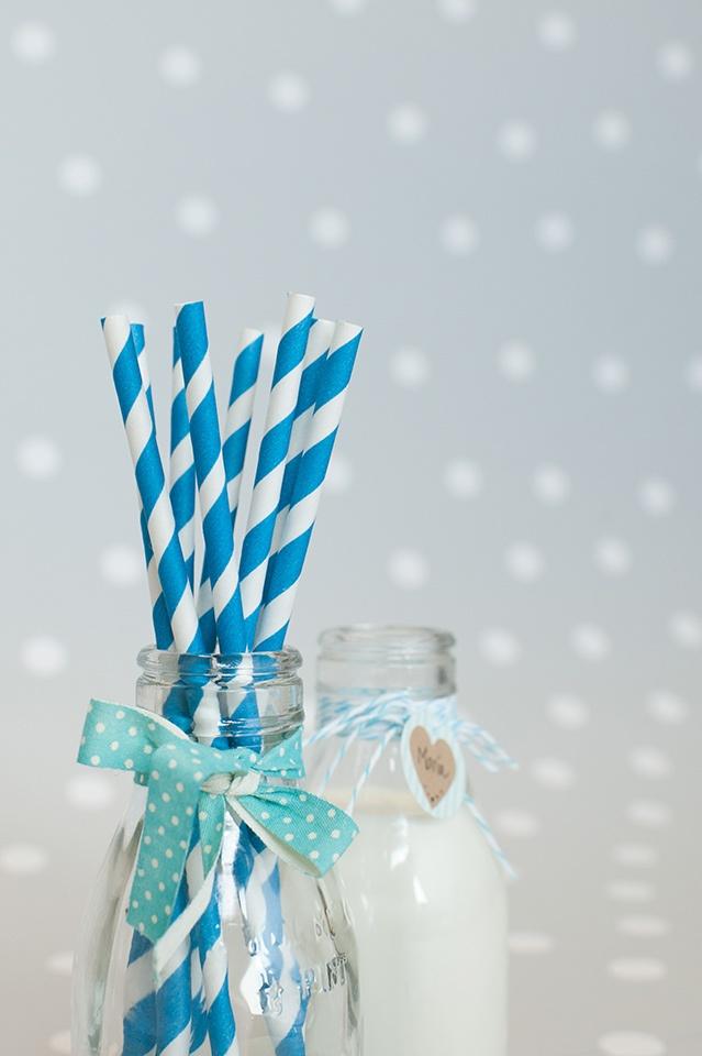Decoración fiestas. Botellitas de cristal estilo vintage. Pajitas de papel rayas azules. Cintas de tela imprescindibles. Cuerdas Baker's Twine.