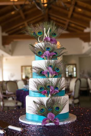 Peacock wedding cake with sparkley tablecloth The most perfect cake ever only thing I may add is blue orchids