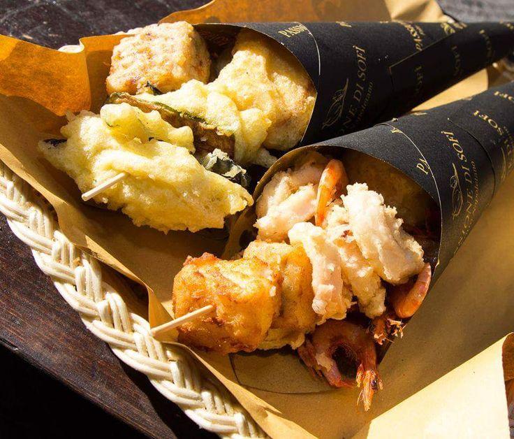 Il cuoppo è una delle più antiche e solide tradizioni della cucina partenopea :D ECCO DOVE MANGIARE IL MIGLIOR CUOPPO > http://www.viaggiaincampania.it/dove-mangiare-il-miglior-cuoppo-fritto-napoletando-a-napoli/