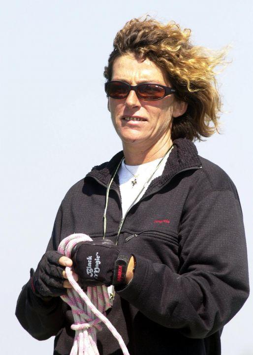 Florence Arthaud manoeuvre, le 9 août 2000, à Saint-Nazaire, sur son bateau Fleury Michon, quelques instants avant de prendre le départ de la troisième étape de la course en solitaire du Figaro, Saint-Nazaire/Falmouth. FRANK PERRY / AFP(514×720)