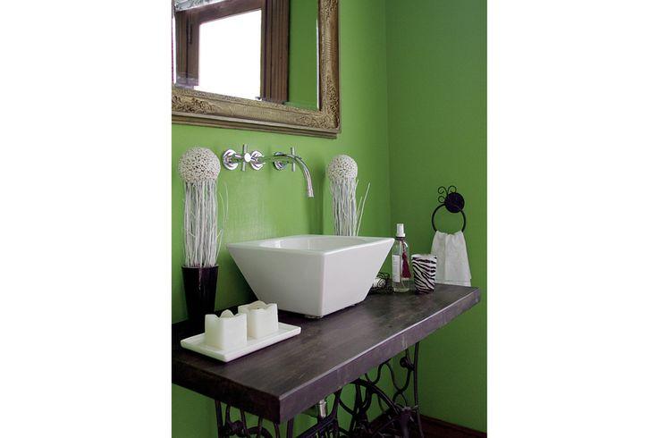Propuestas para renovar el mueble de tu baño  La antigua máquina de coser aparece aquí reciclada y resignificada para formar parte de un toilette Foto:Archivo LIVING
