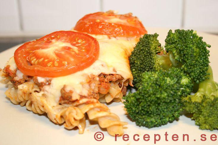 Pastagratäng - Recept på en god pastagratäng. En enkel rätt till vardags som innehåller köttfärs, lök, pasta, tomater, ost och kryddor.