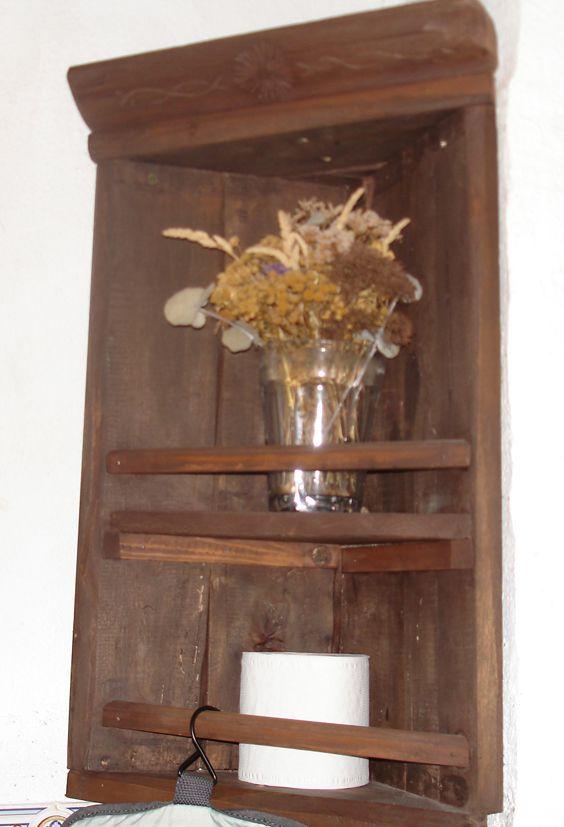 Mueble esquinero realizado con restos de un somier antiguo de cerezo.